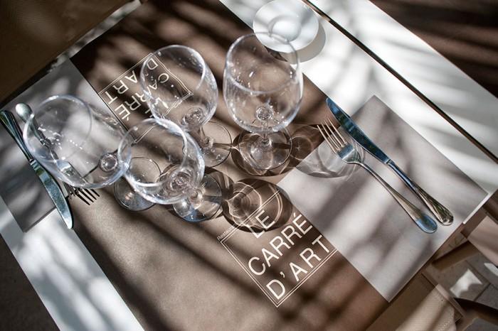 OMbre et lulière sur la terrasse du restaurant à Nimes le Carré d'Art