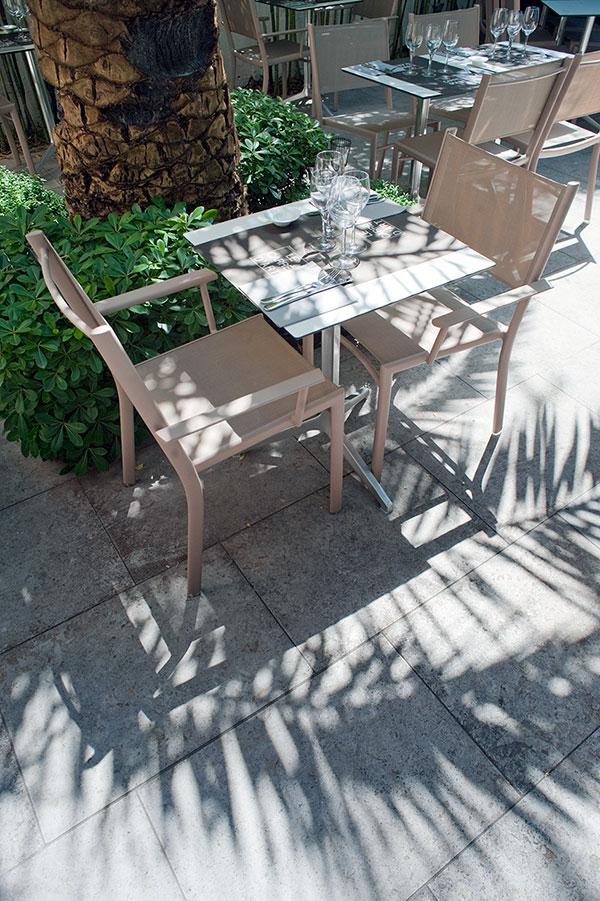 Une table pour 2 sur la terrases du restaurant nimois le Carré d'Art