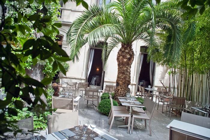 Vue de la terrasse du restaurant à Nîmes Le Carré d'art