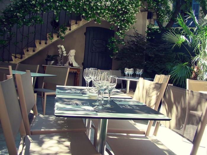 En ombre et lumière sur la terrasse de votre restaurant à Nîmes le Carré d'Art