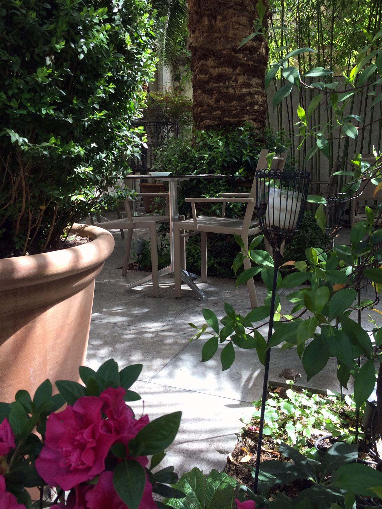 Une vue de l'exterieur en été du restaurant le Carré d'Art à Nîmes