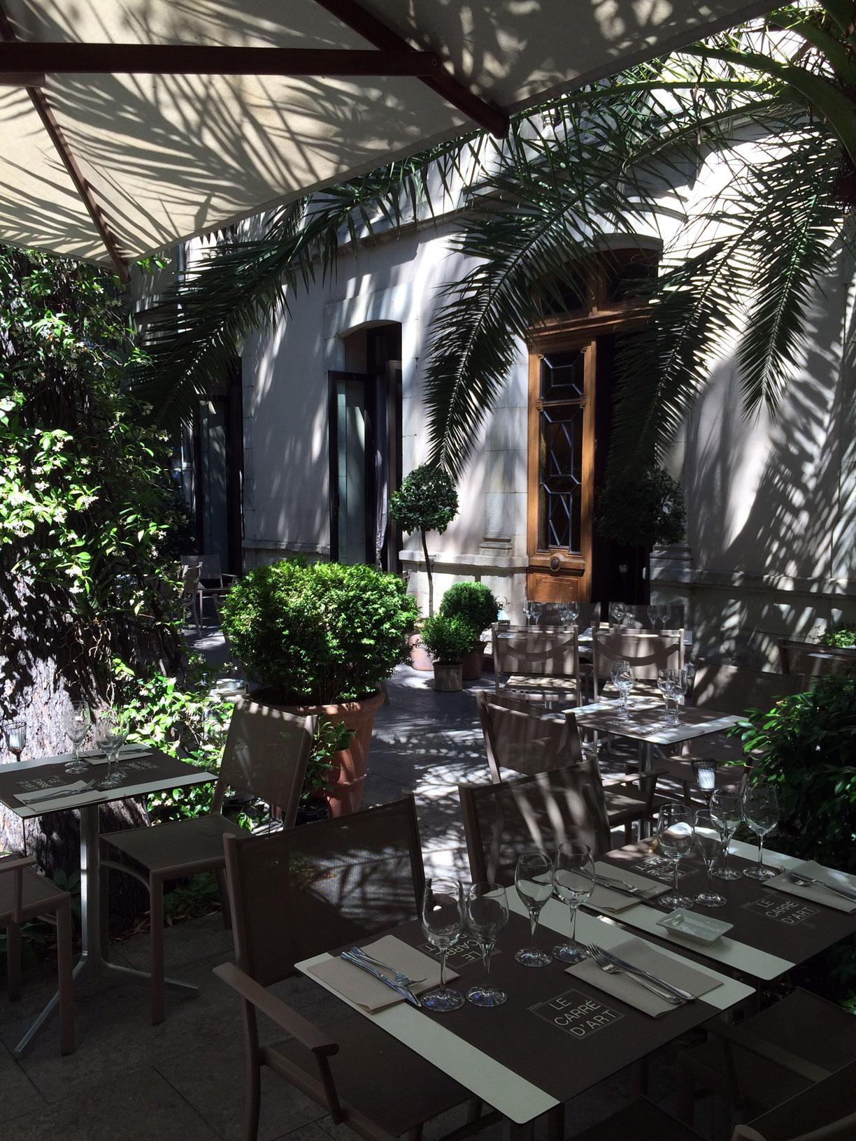 La terrasse ombragée du restaurant le Carré d'Art à Nîmes