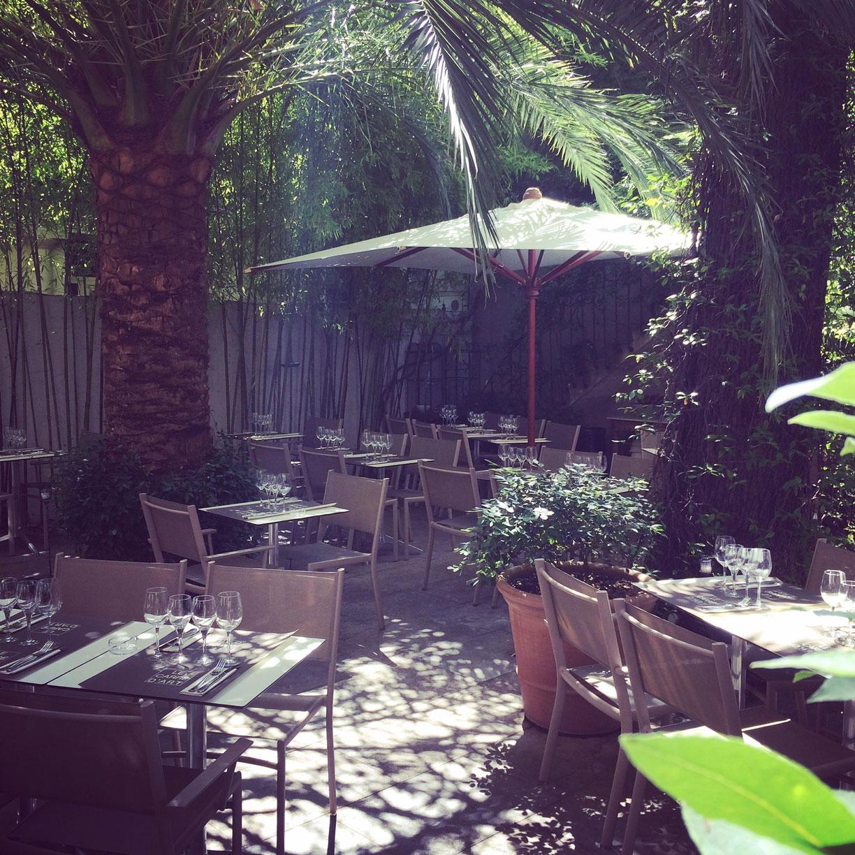 La terrasse ensoleillée du restaurant le Carré d'Art à Nîmes