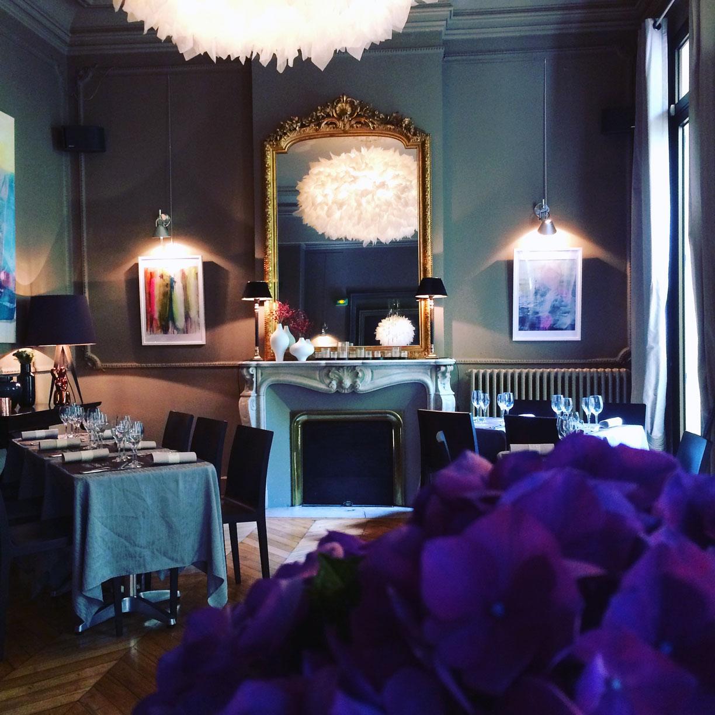L'intérieur cosy du restaurant le Carré d'Art à Nîmes